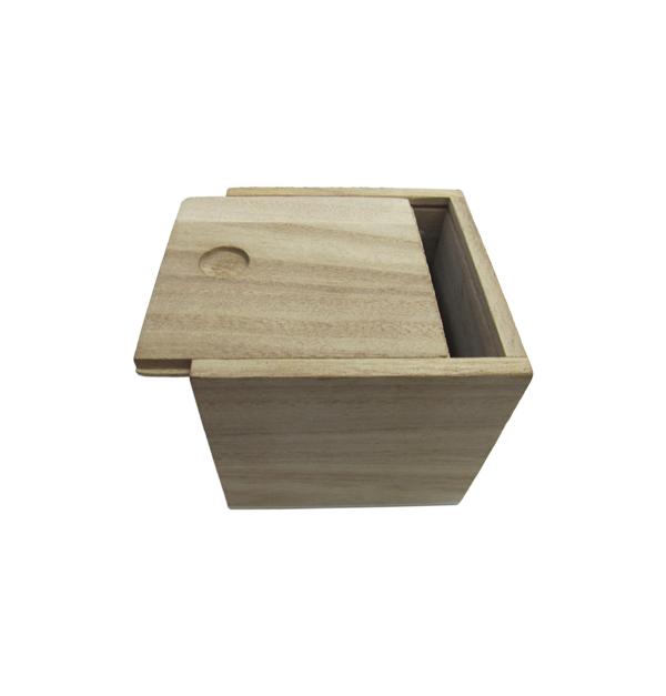 Ξύλινο αλουστράριστο τετράγωνο κουτάκι με συρταρωτό καπάκι