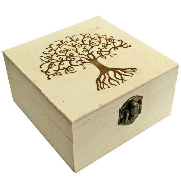Ξύλινο αλουστράριστο τετράγωνο κουτί με πυρογραφία δέντρο