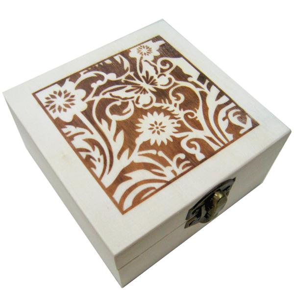 Ξύλινο αλουστράριστο τετράγωνο κουτί διακοσμημένο με πυρογραφία