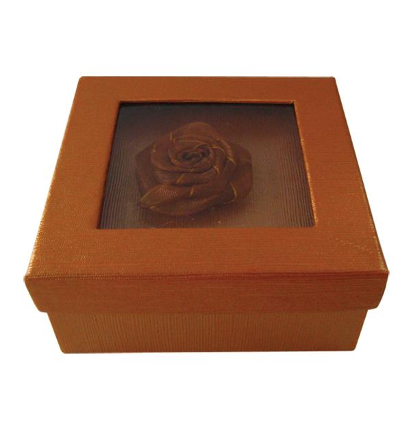 Τετράγωνο χάρτινο καφέ κουτί με λουλούδι